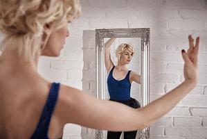 Kontrolle der eigenen Haltung im Spiegel
