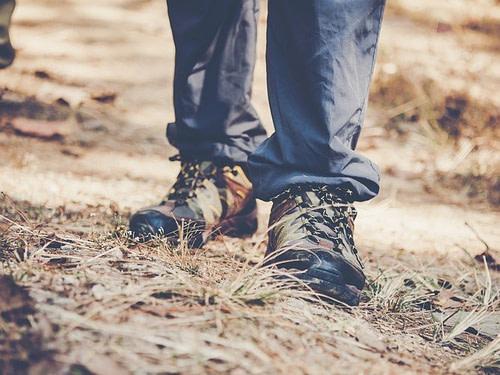 Hüftschmerzen können eine Bein so verkürzen, dass es nur noch auf einem schrägen Untergrund eine gute Unterstützung erfährt