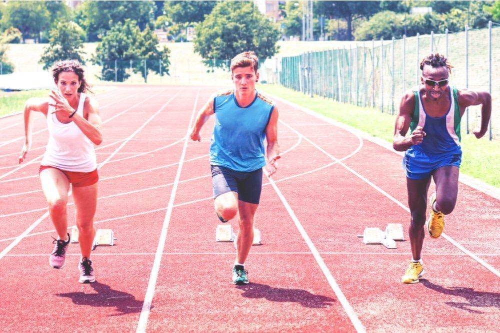 startende Läufer zeigen wie ihr gesamter Körper im EInsatz ist