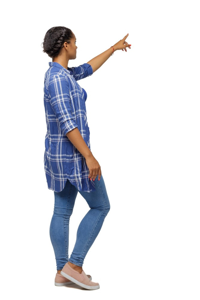 Frau mit Raumorientierung zeigt nach oben