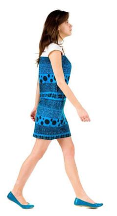 Junge Frau kommt beim Gehen mit dem Vorderfuß auf. Falsche Ratschläge verringern unsere Gehgeschwindigkeit und beschleunigen unser Altern.