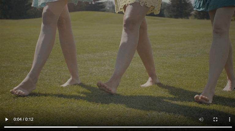drei junge Frauen zeigen die Unterschiedlichkeit von Fersengang und Ballengang im direkten Vergleich