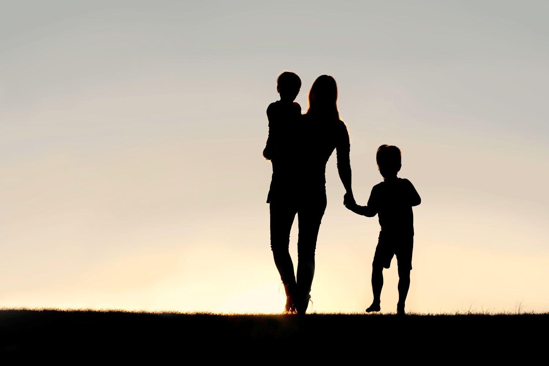 Mutter trägt ihr Kind auf der Hüfte. Falsche Belastung kann zu Hüftschmerzen führen.