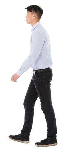 Junger Mann mit sehr geradem Rücken. Wenn Ihr Rücken nicht schwingt, stoßen Sie an eine Grenze beim Tragen von Barfußschuhen.