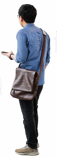 Junger Mann mit Handy und sehr schlechter Haltung, die über die Zeit zu Schulterschmerzen führen wird