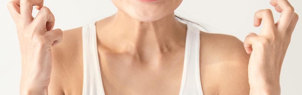 Nahaufnahme eines verspannten Hals - manuelle Behandlung der Folgen von Asthma