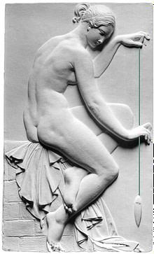 Griechisches Relief mit einer jungen Frau, die ein Lot hält. Diese Lot zeigt die Schwerkraft an, die im Rolfing-Konzept genutzt wird.