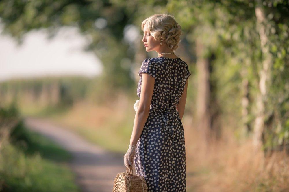 Junge Frau im 30er Jahre Look mit entsprechend gestellter Haltung.