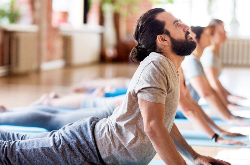 Mann in Yoga Position mit unzureichender Längung im Brustbereich - der Rolfing Blick