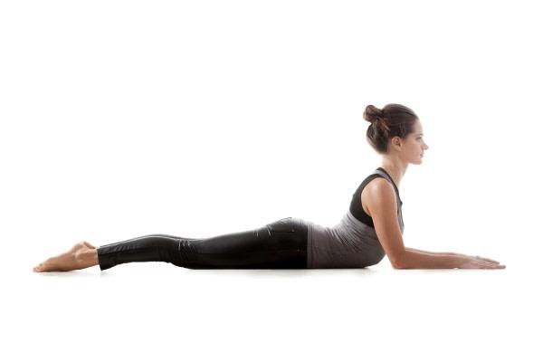 Rolfing Blick auf die Yoga PositionCobra - junge Frau in Yoga Position, die potentiell ihre Rücken schädigt