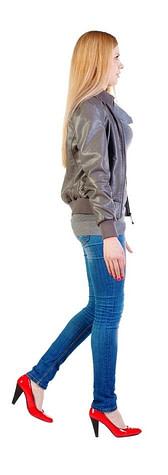 Junge Frau mit hohen Absätzen, die eine Herausforderung an das Tragen von Barfußschuhen erzeugen.
