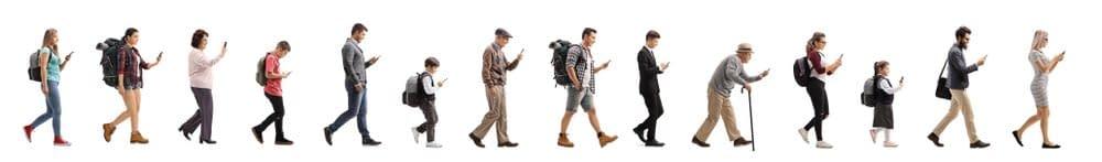 Schulterschmerzen fangen oft durch schlechte Haltungen an. Gehende Personen jeweils mit Handy. Hier ist über die Zeit eine ganzheitliche Behandlung von Schulterschmerzen vorprogrammiert.