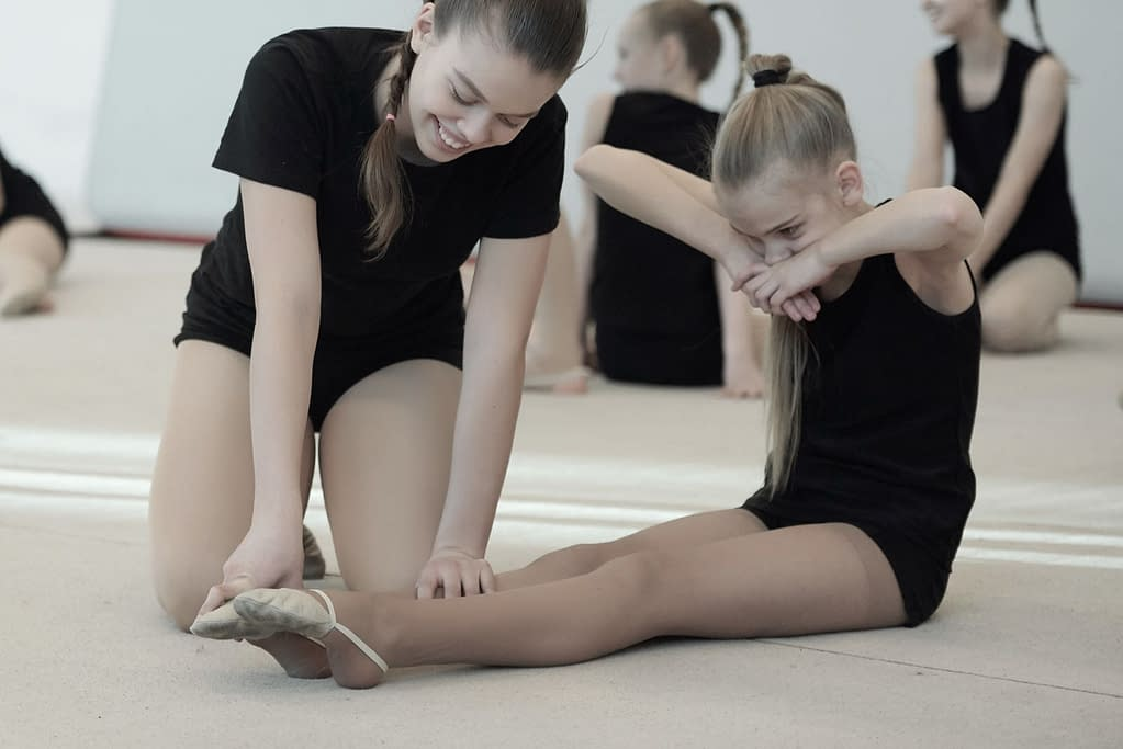 Kinder im Ballett versuchen mit Gewalt zu dehnen. Die gleiche Frage gilt für Hilfen im Yoga und für Arbeit im Rolfing.