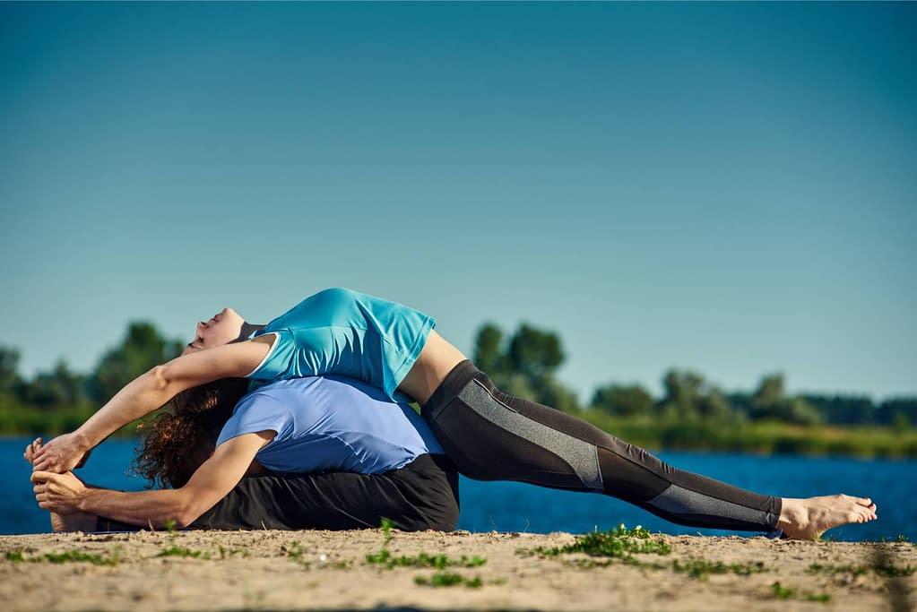 Yoga Vorwärtsbeuge mit offenen Strukturen rund um die Hüfte - Erklärungsgrundlage wie Rolfing Ihr Yoga verbessern kann