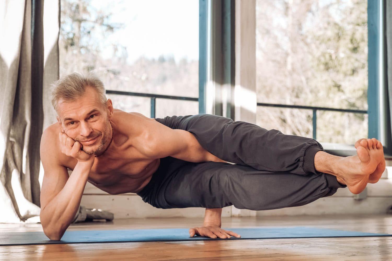 Senior Mann in eine Yoga Stellung - Intro für Rolfing und Yoga