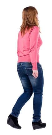 Gang-Geschwindigkeit wird durch fehlende Öffnung der Bauchseite bei einer jungen Frau verhindert