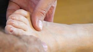 Rolfing-Behandlung am Fuß