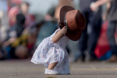 Kleines Mädchen steht nach Sturz auf die Hände wieder auf