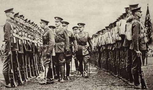 Rekruten in Haltung werden von König Georg V. inspiziert