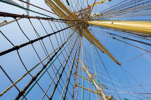 Takelage und Masten eines alten großen Segelschiffs. Dies dient zur Erklärung wie Verspannungen in der  Rolfing Faszientherapie gesehen werden.
