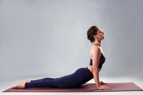 Rolfing Blick auf die Yoga Position Cobra - junge Frau in Yoga Position mit guter Stabilität im Rücken