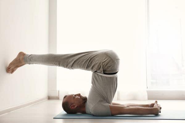 einfache Unterstützungen für Yoga annehmen