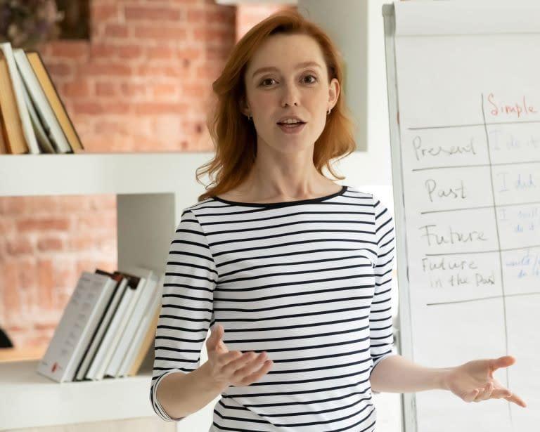 Junge Frau in einer Präsentation mit freier Aufrichtung und Haltung. Hierbei kann Rolfing und Yoga helfen.