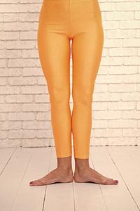 Junge Frau in klassischer Ballett-Stellung. Diese Beinhaltung kann in Alter leicht zu Hüftschmerzen führen.