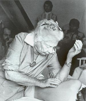 Dr. Ida Rolf behandelt einen Patienten.