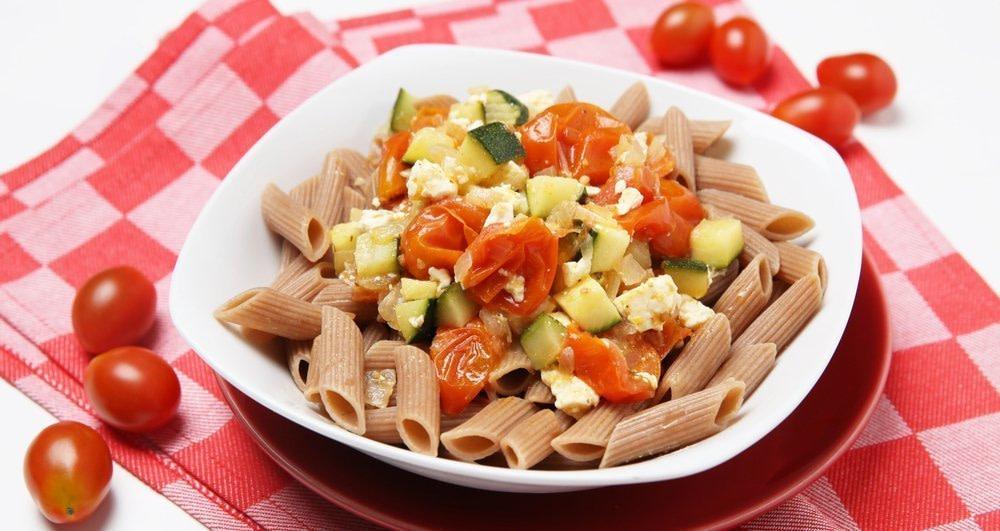 Um Entzündungen zu reduzieren, müssen Sie sich von vielem trennen. Pasta mit Tomaten, Zucchini und Käse gehört dazu.