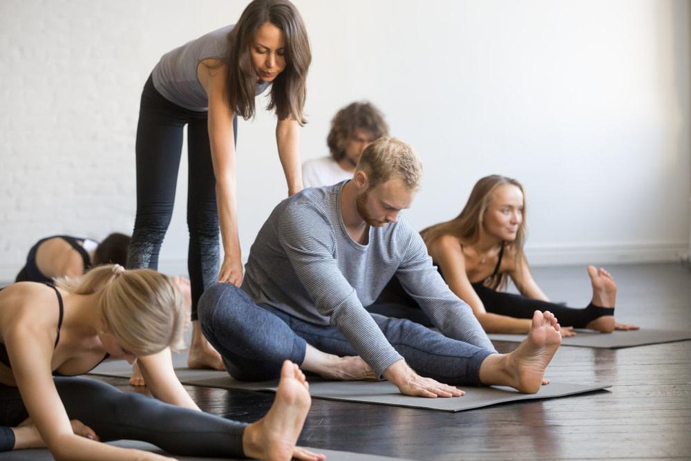 Flexibilität in der Hüfte mit Unterstützung - Hüftschmerzen können mit Yoga vorgebeugt werden